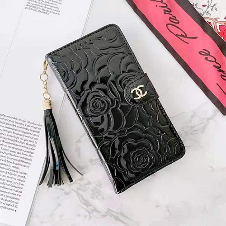 Chanel/シャネル エナメル アイフォン13/12s/12pro max手帳型ケース ブランド タッセル付き レリーフプリント iPhone13/12s/12/11pro maxレターケース 大人気 華奢感 レディース